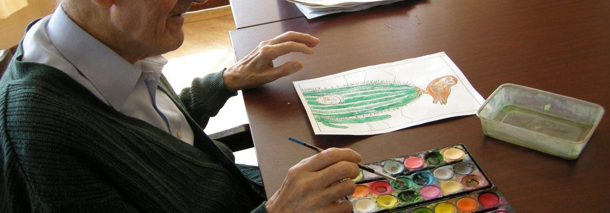 איש מבוגר מצייר